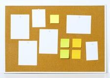 Artigos fixados a um quadro de mensagens da cortiça com quadro de madeira Notas amarelas da vara Foto de Stock Royalty Free