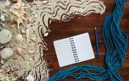 Artigos marinhos no fundo de madeira O mar objeta - as conchas do mar, corais em pranchas de madeira Da praia vida ainda Fotografia de Stock Royalty Free