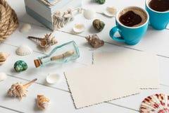 Artigos náuticos do estilo de vida, copos de café e foto vazia Fotografia de Stock Royalty Free