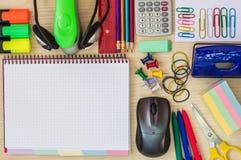 Artigos na mesa de escritório Imagem de Stock