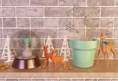 Artigos na prateleira, vista dianteira da decoração do Natal Foto de Stock Royalty Free