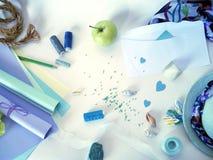 Artigos para costurar e decorar um presente Foto de Stock
