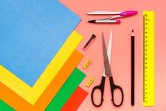 Artigos para a faculdade criadora - folhas do cartão colorido, tesouras, co foto de stock