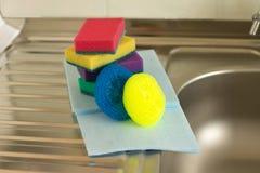 Artigos para pratos de lavagem imagens de stock