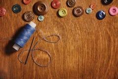Artigos para tesouras e botões do bordado Imagem de Stock Royalty Free