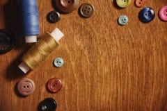 Artigos para tesouras e botões do bordado Fotografia de Stock Royalty Free