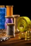 Artigos Sewing em bardos de madeira marrons Fotos de Stock