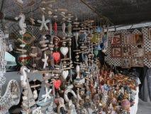 Artigos, tais como ornamento e dreambusters em uma feira da ladra imagens de stock