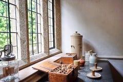 Artigos vitorianos da cozinha na exposição no contador de pedra velho fotografia de stock