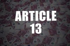 Artikel 13 inschrijving op achtergrond van vele de euro muntrekeningen stock foto