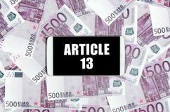 Artikel 13 inschrijving op het smartphonescherm en euro rekeningen stock afbeeldingen