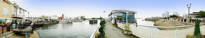 ARTIKEL MED ENSAMRÄTT - Panorama av Cardiff skeppsdockor arkivbilder