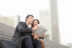 artikel van de ingenieurs het mannelijke en vrouwelijke lezing over bedrijf binnen stock afbeeldingen