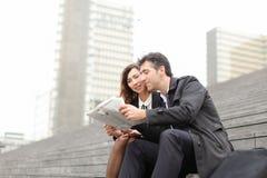 artikel van de ingenieurs het mannelijke en vrouwelijke lezing over bedrijf binnen royalty-vrije stock fotografie