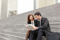 artikel van de ingenieurs het mannelijke en vrouwelijke lezing over bedrijf binnen royalty-vrije stock foto's