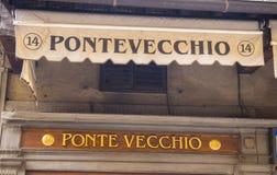 Artikeln med ensamrätt shoppar på den Ponte Vecchio bron i Florence - FLORENCE/ITALIEN - SEPTEMBER 12, 2017 Fotografering för Bildbyråer