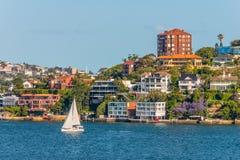 Artikeln med ensamrätt returnerar längs Sydney Harbor Arkivbild