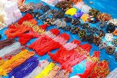 Artiklar som pärlor och halsband på försäljning Pandharpur festival Royaltyfri Fotografi