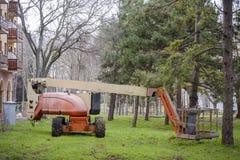 Artikulerad bangelevator i gräset i en parkera Royaltyfria Foton