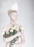 artikulerade Moderiktig ung man i pappers- krona med blommor royaltyfri bild