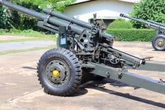 A artilharia militar é uma arma de fogo imagens de stock