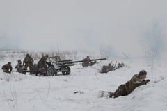 Artillería soviética en la posición reconstrucción Militar-histórica de luchas de la gran guerra patriótica para la elevación del Imagen de archivo libre de regalías