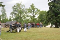 Artillerie confédérée préparant leurs canons Images stock