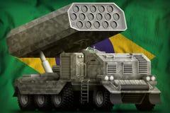 Artillerie de Rocket, lance-missiles avec le camouflage gris sur le fond de drapeau national du Brésil illustration 3D illustration libre de droits