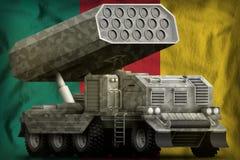 Artillerie de Rocket, lance-missiles avec le camouflage gris sur le fond de drapeau national du Cameroun illustration 3D illustration de vecteur
