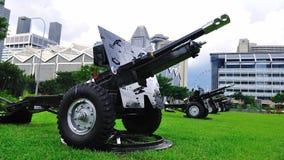 Artillerie für Gruß der Gewehr 21 während der NDP Wiederholung lizenzfreies stockfoto