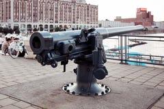 Artilleriekanon bij oude havenklokketoren Quai DE l ?Horloge in Montreal, Quebec, Canada stock foto