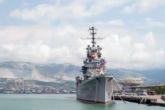 Artilleriekruiser Mikhail Kutuzov in de haven van Novorossiysk Royalty-vrije Stock Afbeeldingen