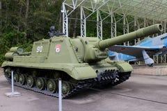 Artillerivapen USSR för själv-Propellered ISU-152 på jordning av weap Arkivbild