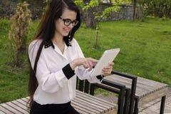 Artilugio en las manos de una muchacha Imagenes de archivo