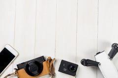 Artilugios del viaje de las vacaciones en de madera blanco Imagen de archivo
