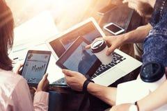 Artilugios electrónicos del hombre de negocios del informe joven de Team Analyze Finance Online Diagram Proyecto de lanzamiento d Foto de archivo