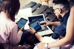 Artilugios electrónicos del hombre de negocios del informe joven de Team Analyze Finance Online Diagram Proyecto de lanzamiento d fotos de archivo