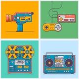 Artilugios retros de 90s en la línea estilo plana Videoconsola del vintage, videocámara, magnetófono, boombox Tecnología del jueg libre illustration