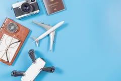 Artilugios y accesorios del viaje para el concepto del viaje en el espacio azul de la copia para el producto del texto Fotos de archivo