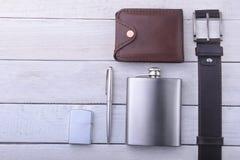 Artilugios y accesorios para los hombres en fondo de madera ligero Correa de moda de los hombres s, cartera, encendedor, frasco i Imagenes de archivo
