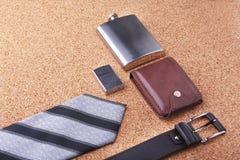 Artilugios y accesorios para los hombres en fondo de madera ligero Correa de moda de los hombres s, cartera, encendedor, frasco i Fotografía de archivo
