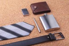 Artilugios y accesorios para los hombres en fondo de madera ligero Correa de moda de los hombres s, cartera, encendedor, frasco i Imágenes de archivo libres de regalías
