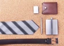 Artilugios y accesorios para los hombres en fondo de madera ligero Correa de moda de los hombres s, cartera, encendedor, frasco i Foto de archivo