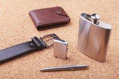 Artilugios y accesorios para los hombres en fondo de madera ligero Correa de moda de los hombres s, cartera, encendedor, frasco i Fotos de archivo