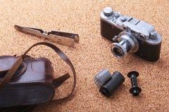 Artilugios y accesorios para los hombres en fondo de madera ligero Encendedor de moda de los hombres s, frasco de la cadera y ret Fotos de archivo