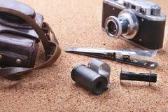 Artilugios y accesorios para los hombres en fondo de madera ligero Encendedor de moda de los hombres s, frasco de la cadera y ret Fotografía de archivo