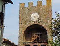Artimino Tuscany, Italien, turreted d?rr-Portaturrita med klockan, sikt arkivbilder