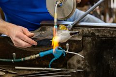 Artis erhitzt Glas gemachte Seemöwenstatue unter Verwendung ein Acetylen gass zu Lizenzfreies Stockfoto