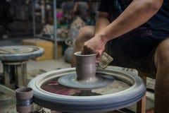 Artisan créant la poterie en céramique Photos stock