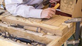 artisan découpant le bois dans une foire médiévale, outils de menuiserie Photos stock